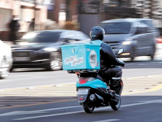 오토바이를 이용해서 음식을 배달하는 배달원. 중앙포토