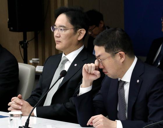 지난 2월 13일 대한상공회의소에서 열린 '코로나19 대응 경제계 간담회'에 이재용 삼성전자 부회장(왼쪽)과 구광모 LG 대표가 참석했다. [청와대사진기자단]