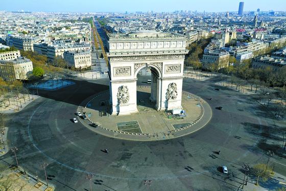 지난 1일(현지시간) 코로나19로 대부분의 상점이 폐쇄된 프랑스 파리의 개선문 주변 모습. 사를드골 광장에 인적이 드물다. [로이터=연합뉴스]