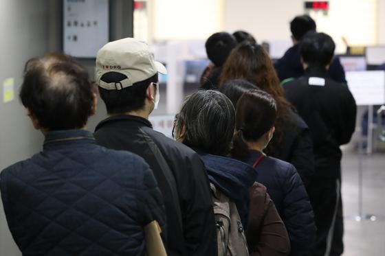 지난달 31일 서울의 한 고용복지플러스센터를 찾은 시민들이 실업급여를 신청하려고 줄 서 있다. 연합뉴스