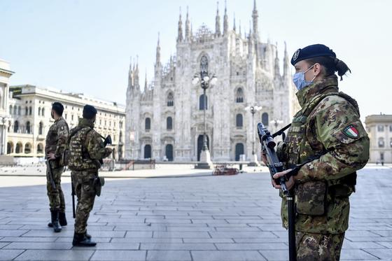 5일 군인들이 스페인 밀라노의 두오모 성당을 지키고 있다. [AP=연합뉴스]