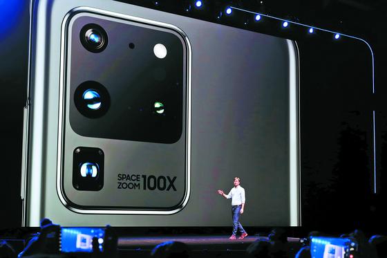 지난 2월 미국 샌프란시스코에서 열린 갤럭시 언팩 2020에서 삼성전자 직원이 S20 울트라 뒷면에 들어간 1억800만 화소 카메라 센서를 소개하고 있다. [EPA=연합뉴스]