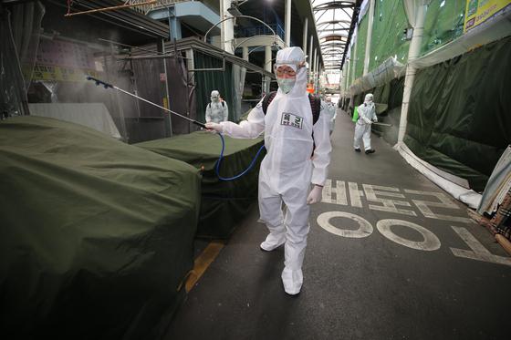 5일 대구시 중구 서문시장에서 육군 50사단 소속 장병들이 신종 코로나바이러스 감염증(코로나19) 확산 방지를 위한 방역 작업을 하고 있다. 연합뉴스