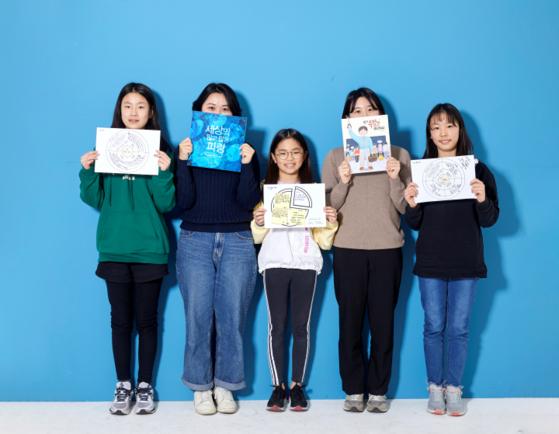유소윤 학생기자와 솜쌤, 김가은 학생기자, 해선쌤, 김윤하 학생기자(왼쪽부터)가 각기 활동지와 그림책을 들고 카메라를 향해 웃어 보였다.
