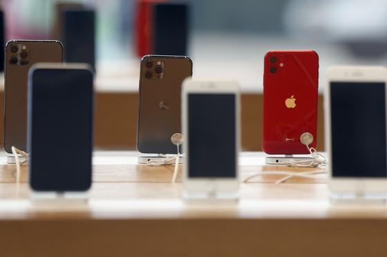 지난달 14일 미국 뉴욕 브루클린의 한 애플 매장에 진열된 아이폰11을 비롯한 제품들.[AP=연합뉴스]