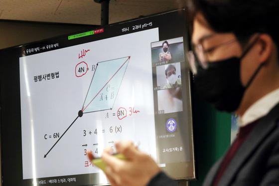 지난 2일 오후 충북 청주시 봉명고등학교에서 원격수업 시범학교 준비상황 점검이 진행되고 있다. 뉴스1