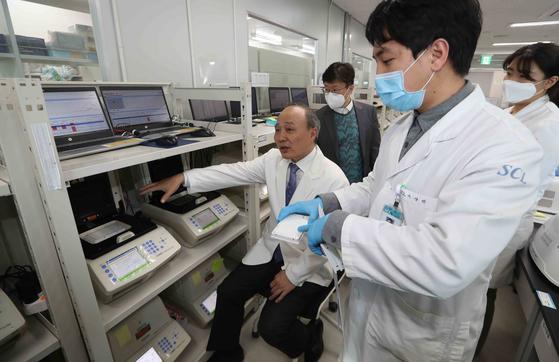 재단법인 서울의과학연구소 연구원들이 지난 3일 경기도 용인시 기흥구 연구소에서 병원으로부터 의뢰받은 혈액을 검사하고 있다. 이 연구소는 최근 핀란드인들의 코로나19 감염 검체를 분석해 제공했다.김상선 기자