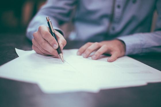 A는 남편 X를 보험계약자 및 피보험자로 하여 보험계약을 체결하였다. 이후 남편 X는 동의가 없었기 때문에 보험계약이 무효라며 보험회사를 상대로 납부한 보험료의 반환을 청구하였다. [사진 pxhere]