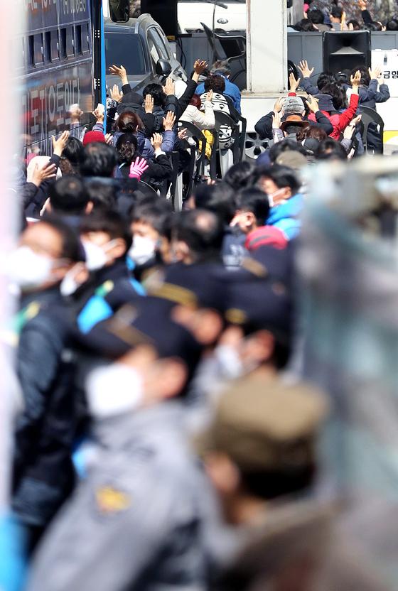 코로나19 확산 방지를 위한 서울시의 집회 금지명령에도 예배를 강행한 서울시 성북구 장위동 사랑제일교회에서 5일 신도들이 주일예배에 참석 하고 있다. [연합뉴스]