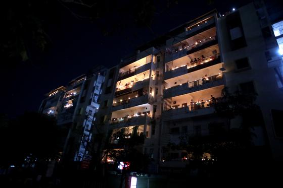 지난 5일 촛불켜기에 동참한 인도의 한 아파트. EPA=연합뉴스