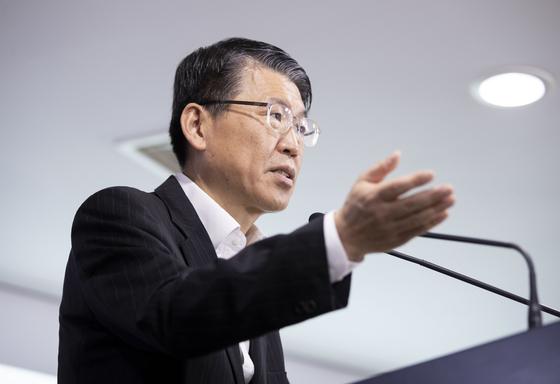 은성수 금융위원장이 지난달 24일 기자 브리핑을 하고 있다. 뉴스1