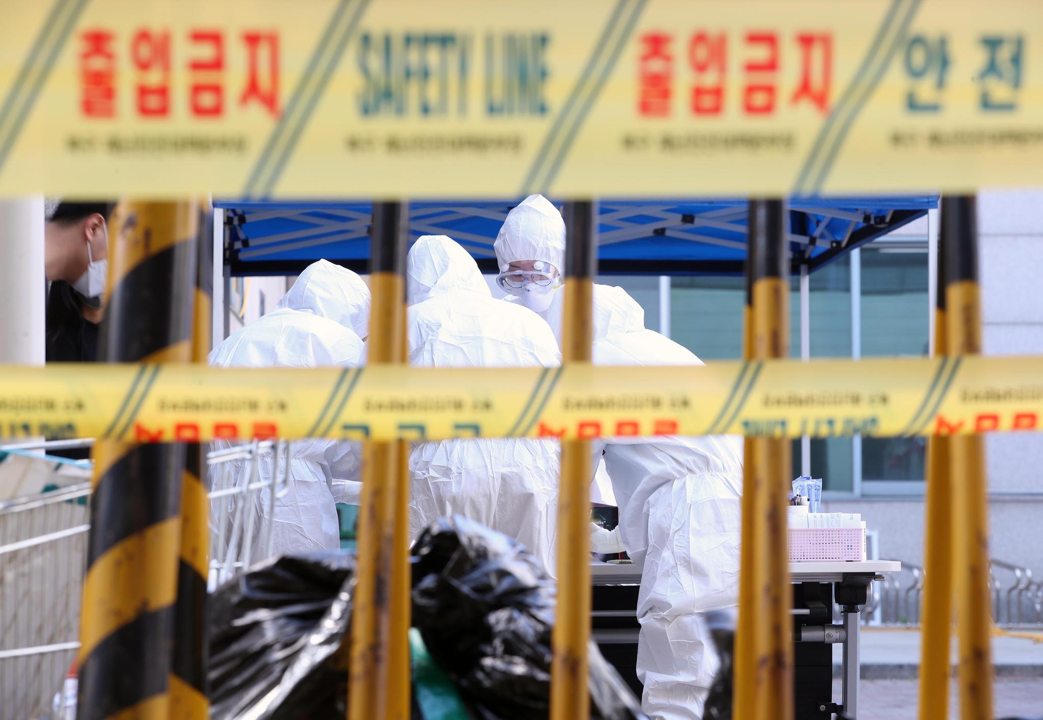 6일 대구시 북구보건소 선별진료소에서 의료진이 진료소를 찾은 시민들의 신종 코로나바이러스 감염증(코로나19) 검사 진행을 위해 분주히 움직이고 있다. 연합뉴스