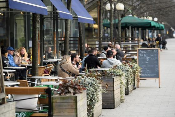 지난달 27일 스웨덴 스톡홀름의 레스토랑이 손님들로 가득 차 있다. [로이터=연합뉴스]