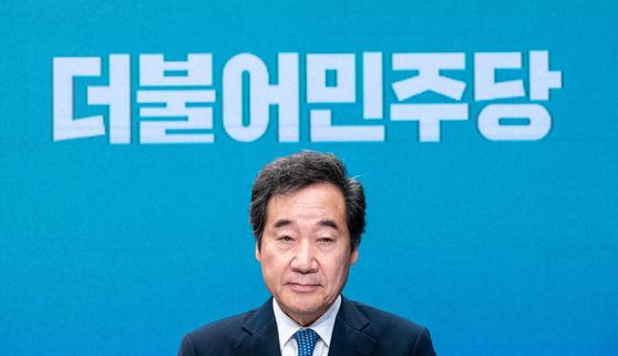 이낙연 더불어민주당 후보가 6일 서울 강서구 한 방송제작센터에서 종로구 선관위 주최 토론회를 준비하고 있다. 뉴스1