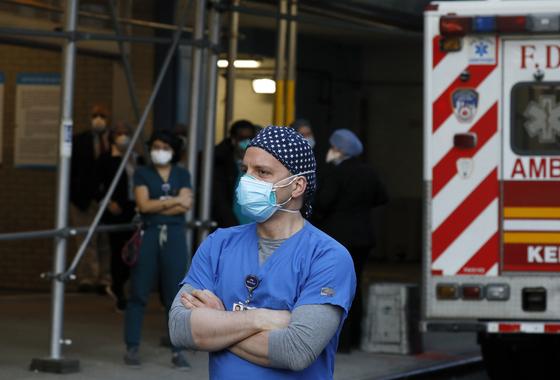 5일(현지시간) 미국 뉴욕시내 위치한 마운트 시나이 병원 의료진과 구급대원이 병원 밖에 서 있다. 연합뉴스