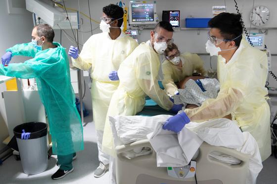 스위스 로잔의 한 병원에서 의료진들이 신종 코로나 환자를 치료하고 있다. [로이터=연합뉴스]