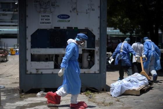 코로나19 사태로 시스템 붕괴 위기에 처한 에콰도르 중서부 지역 과야킬의 한 병원 앞에 놓인 시신 보관용 냉동 컨테이너. 로이터=연합뉴스