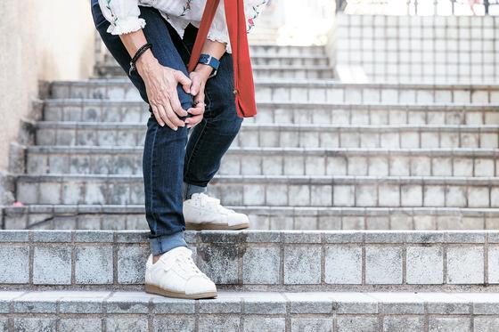 [건강한 가족] 계단 내려가기 겁나 승강기 찾나요? 무릎관절 손상 신호입니다