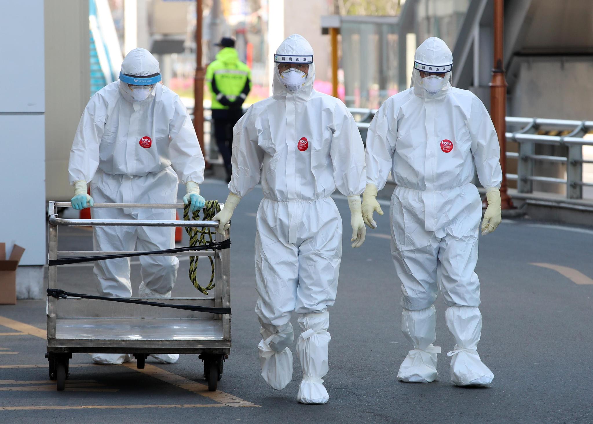 5일 대구시 중구 계명대학교 대구동산병원에서 의료진이 신종 코로나바이러스 감염증(코로나19) 환자들이 입원한 병동으로 향하고 있다. 연합뉴스