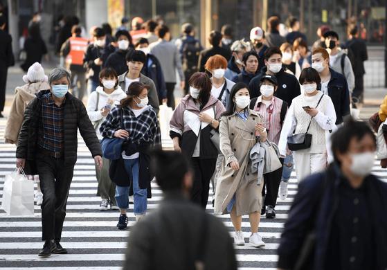 신종 코로나바이러스 감염증(코로나19)이 확산하는 가운데 마스크를 착용한 사람들이 지난 4일 오후 일본 도쿄도(東京都) 시부야(澁谷)역 앞 횡단보도를 건너고 있다. 연합뉴스