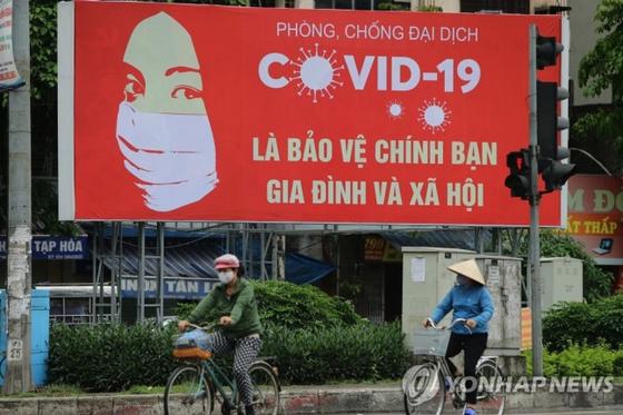 베트남 코로나19 예방 수칙 위반하는 외국인 추방