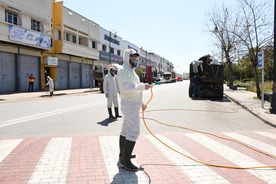 모로코의 수도 라바트 지역의 공장 노동자들이 코로나19 방역 작업을 하고 있다. 신화=연합뉴스