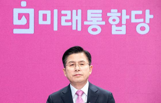 황교안 미래통합당 후보가 6일 서울 강서구 한 방송제작센터에서 열린 종로구 선관위 주최 토론회를 준비하고 있다.뉴스1
