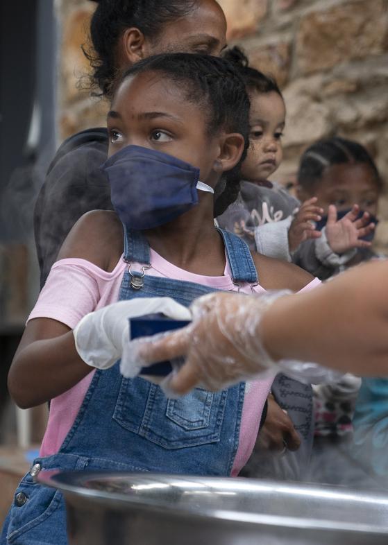 남아프리카공화국 수도 케이프타운의 한 무료급식소. 아프리카에서도 신종 코로나 감염증 확진자가 급증하는 추세다. [EPA=연합뉴스]