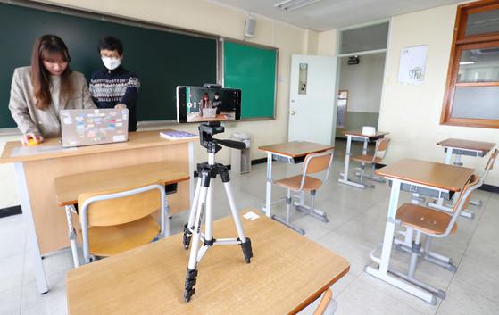 온라인 개학을 앞두고 6일 대전 서구 둔원고등학교 3학년 교실에서 교사가 온라인 수업을 준비하고 있다. 뉴스1