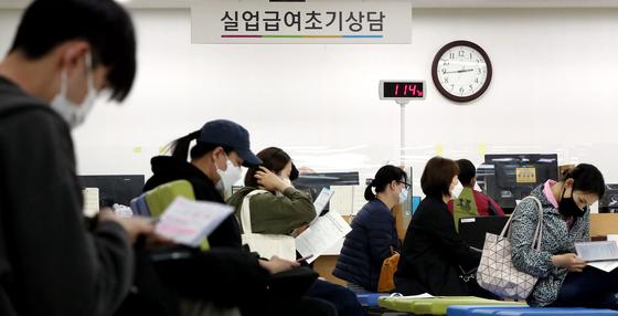 신종 코로나바이러스 감염증(코로나19) 여파로 실직자가 늘어나는 가운데 지닌달 31일 오후 서울 중구 장교동 서울지방고용노동청 고용복지플러스센터에서 실업급여 신청자들이 상담을 받기 위해 대기하고 있다. 뉴스1