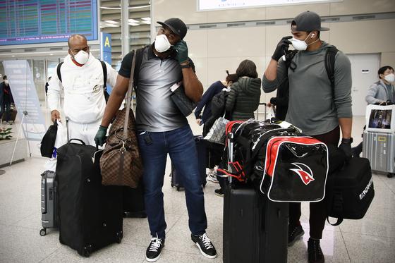 정부 조처로 2주간 자가격리를 마친 외국인 선수들이 드디어 팀 훈련에 합류한다. 사진은 지난 23일 입국한 KT 외인 3인. KT 제공