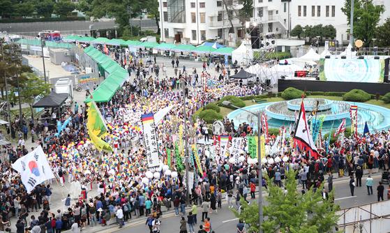 제39주기 5·18 기념식을 하루 앞둔 지난해 5월 17일 광주시민들이 옛 전남도청 앞에서 전야제 행사인 '민주평화대행진'을 벌이고 있다. 프리랜서 장정필