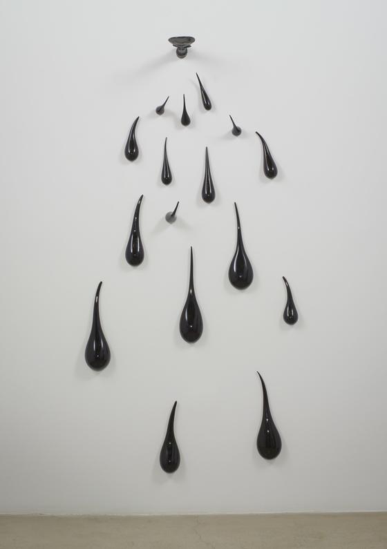 Fred Wilson Untitled (Akua'ba), 2010 cast and blown glass, (223.5 cm x 109.2 cm x 36.8 cm), overall installed No.50951[Tom Barratt,촬영, 페이스갤러리]
