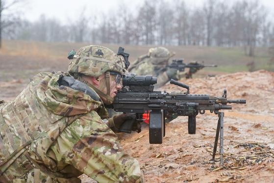 지난 2월 사격 훈련에 참여한 미 육군 101 공수사단 장병이 기관총 사격훈련을 하고 있다. [로이터=연합뉴스]