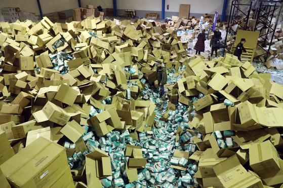 [한컷플러스+] 순례길 스페인 산티아고 데 콤포스텔라에서 마스크 200만장 도난 사건 발생