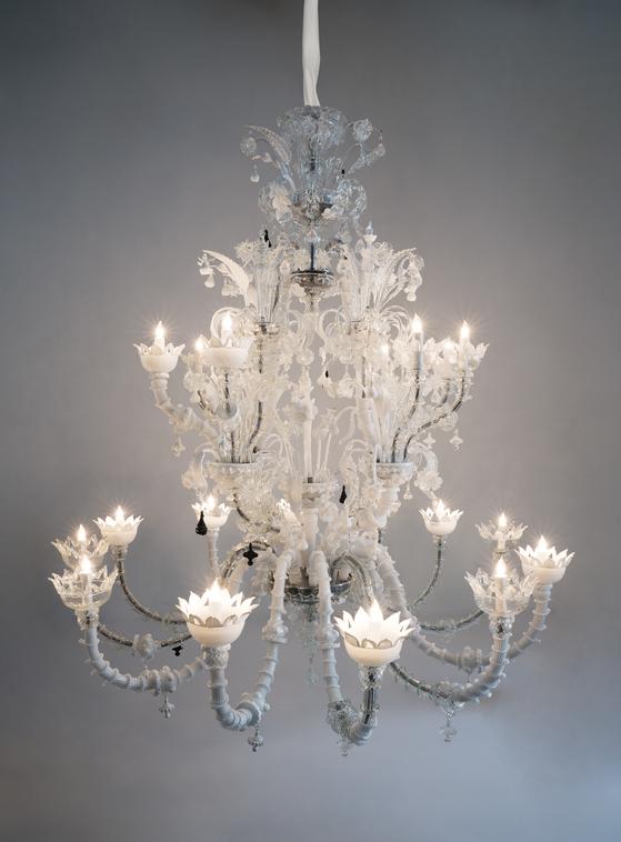 Fred Wilson A Moth of Peace, 2018 Murano glass and light bulbs. 177.8 cm x 174 cm x 174 cm)No. 68558.01[Tom Barratt,촬영, 사진 페이스갤러리]