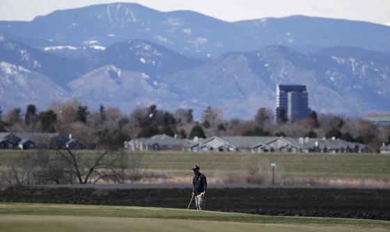 코로나19 사태 속에 미국 내 골퍼들의 열정은 여전한 것으로 나타났다. 사진은 지난달 26일 미국 콜로라도주 오로라의 한 골프장 모습. [AP=연합뉴스]