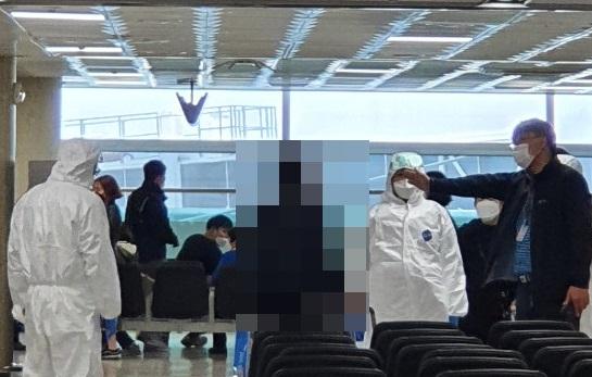 제주도는 자가격리 대상인 A씨 등 2명을 28일 제주국제공항 JDC면세점 인근 대합실에서 발견해 격리 조치했다고 밝혔다. 뉴스1