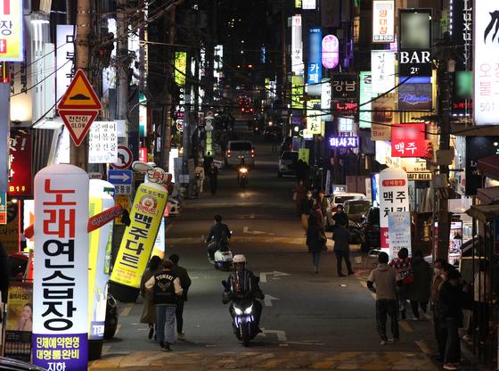 8일 오후 서울 강남 일대 번화가의 모습. 뉴스1