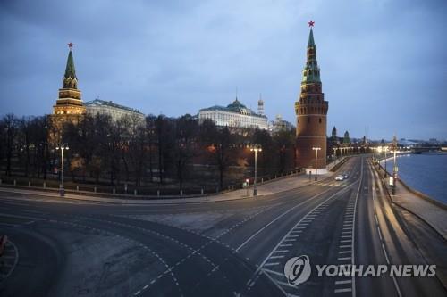 러시아 모스크바의 크렘린궁 주변 도로가 신종 코로나바이러스 감염증(코로나19) 확산 방지를 위한 이동 제한 조치로 텅 비어 있는 모습. AP=연합뉴스