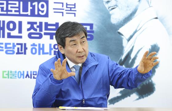 """이종걸 더불어시민당 공동선대위원장은 7일 서울 여의도 시민당사에서 한 인터뷰에서 """"남은 선거 기간 동안 시민당만의 역량을 선보일 것""""이라고 말했다. 임현동 기자"""