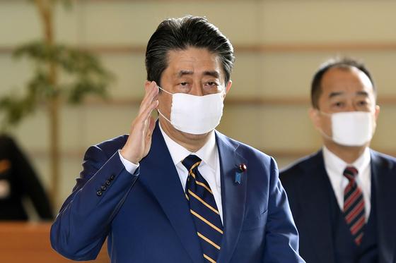 아베 신조 일본 총리가 7일 총리관저에 출근하고 있다. 그는 이날 오후 5시30분부터 주재한 감염대책본부 회의에서 도쿄도를 비롯한 7개 광역자치단체에 긴급사태선언을 공식 발령했다. AP=연합뉴스
