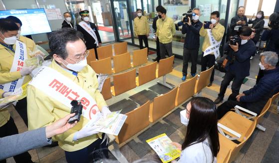 송하진 전북지사 등이 지난 1일 전주역에서 승객들을 대상으로 개인 방역 물품과 홍보물을 나눠주고 있다. 뉴스1