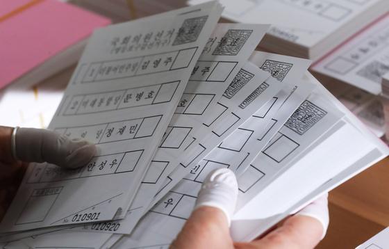 7일 오전 서울 영등포구선거관리위원회에서 직원들이 제21대 국회의원 선거 투표용지를 검수하고 있다.연합뉴스