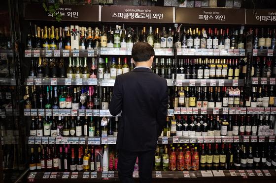 한 고객이 지난달 9일 서울시내 한 대형마트에서 와인매장을 둘러보고 있다. 신종 코로나바이러스 감염증(코로나19) 확산 여파로 외출을 꺼려 집에서 와인을 즐기는 '홈 와인족'이 늘고 있다. 한 백화점의 매출 분석에 따르면 지난달 11~29일 와인매출이 전년 같은 기간보다 5.2% 늘었다. [뉴스1]