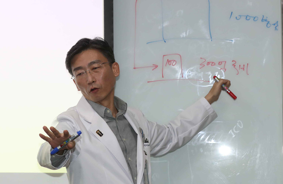 아주대병원 경기남부권역 외상센터장 자리에서 지난 2월 물러난 이국종 아주대 의대 교수 [중앙포토]