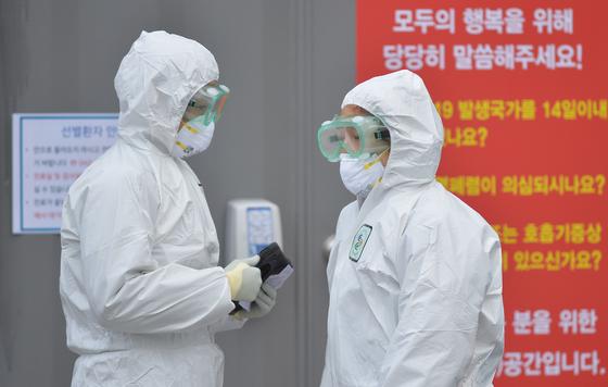 대전 충남대병원 선별진료소에서 보건당국 관계자들이 보호복을 입고 환자를 기다리고 있다. 프리랜서 김성태