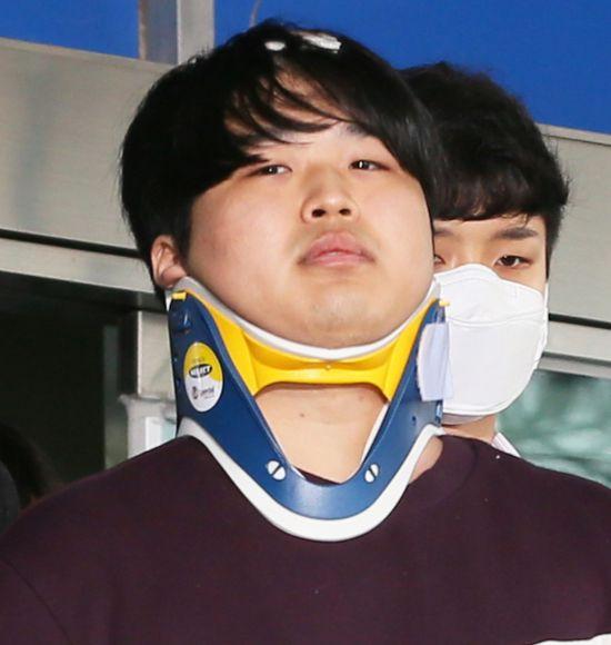 텔레그램에서 성 착취물을 제작 및 유포한 혐의를 받는 '박사방' 운영자 조주빈(25)이 지난달 25일 서울 종로구 종로경찰서 유치장에서 나와 검찰로 송치되고 있다. 강정현 기자