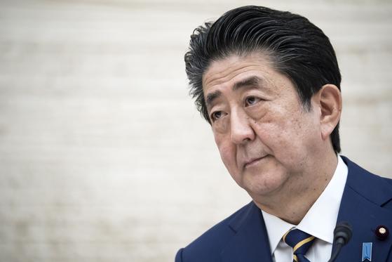 """7일 저녁 7시 총리관저에서 열린 기자회견에서 아베 신조 일본 총리가 """"평소보다 70~80% 사람과의 접촉을 줄여달라""""고 호소하고 있다. [AP=연합뉴스]"""