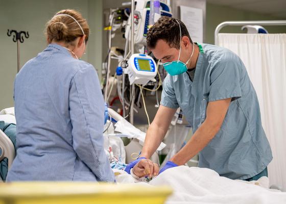 지난 4일(현지시간) 미국 로스앤젤레스의 한 병원에서 의료진이 신종 코로나 감염 환자를 돌보고 있다. [AFP=연합뉴스]